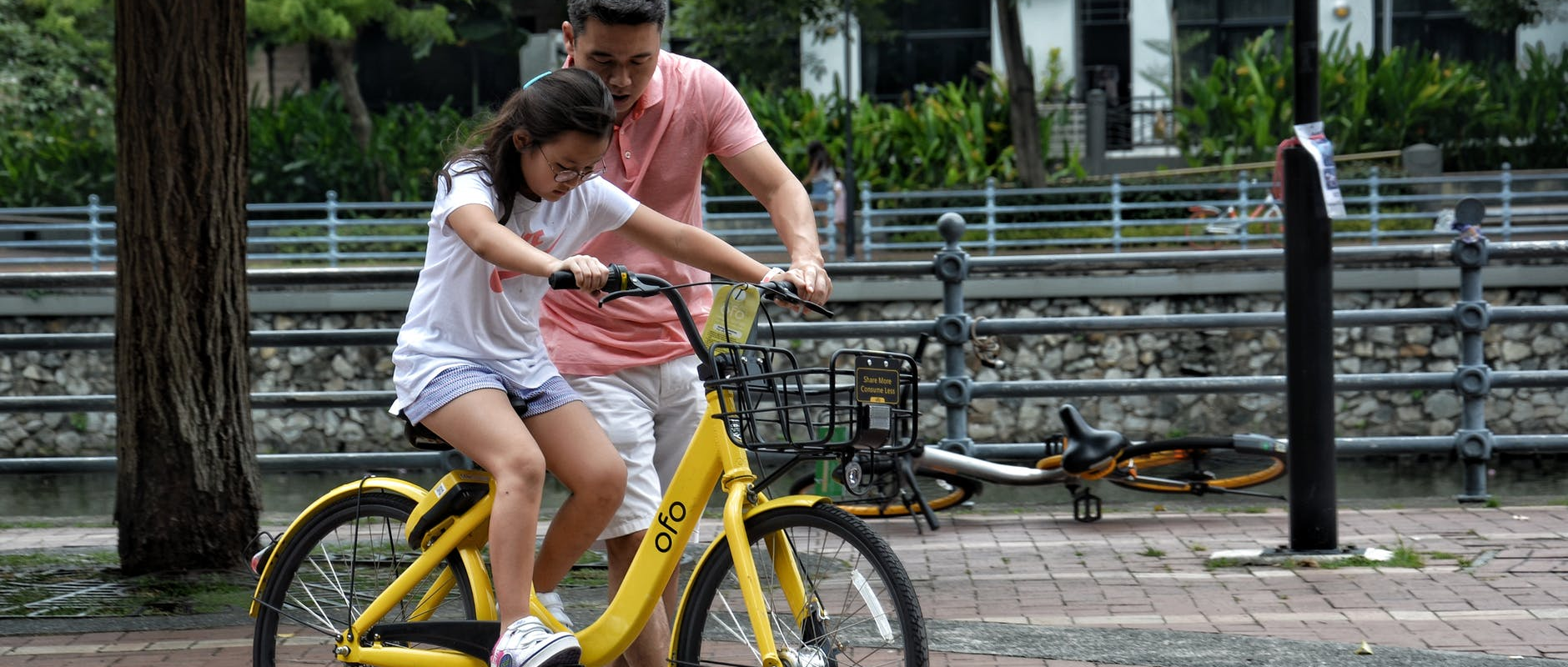 poster image 10 raisons d'aller au boulot à vélo dès aujourd'hui. Le vélo un geste pédagogique. - 10 raisons d'aller au boulot à vélo dès aujourd'hui.