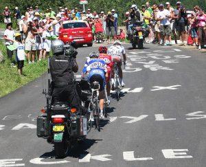 quipe de télévision à vélo 300x243 - Tour de France: voici quelques faits amusant