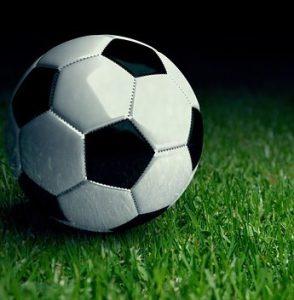 ballon de football sur lherbe sport 294x300 - Technologie: comment impacte-elle le football et le cyclisme?